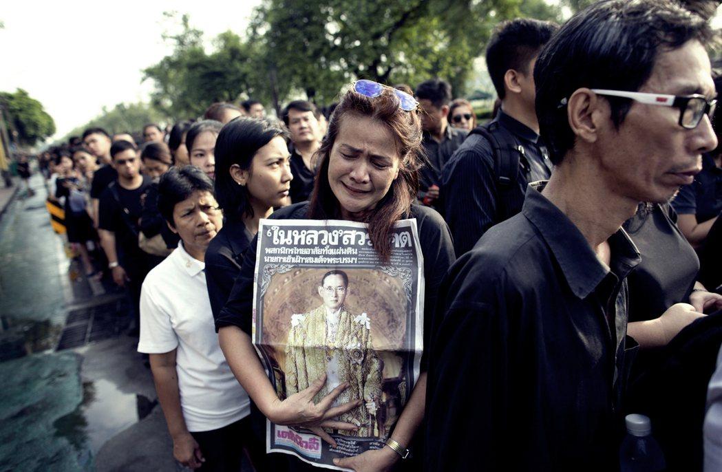 泰王逝世的隔日:泰國的「國殤時期」。圖為王宮外聚集為國王「送行」的泰國民眾。 圖...