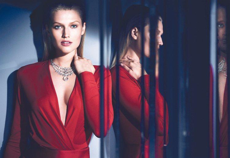 模特兒配戴Magie Blanche鑽石項鍊,第一排可拆卸並獨立配戴;重20.0...
