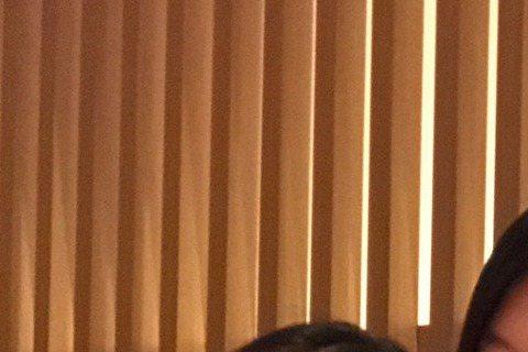 林心如自從結婚宣布懷孕後,時常與演藝圈好友相聚,先前曾與徐若瑄、舒淇一同私下聚會,10日林心如與舒淇、林熙蕾三為人妻一同小聚。而林心如先前與姐妹們聚會拿著酒杯拍照的模樣,當時被許多網友砲轟「孕婦怎麼...