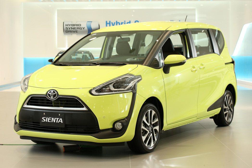 Toyota Sienta擁有搶眼的車身配色及充滿活力的外觀設計,車頭燈下緣延伸...