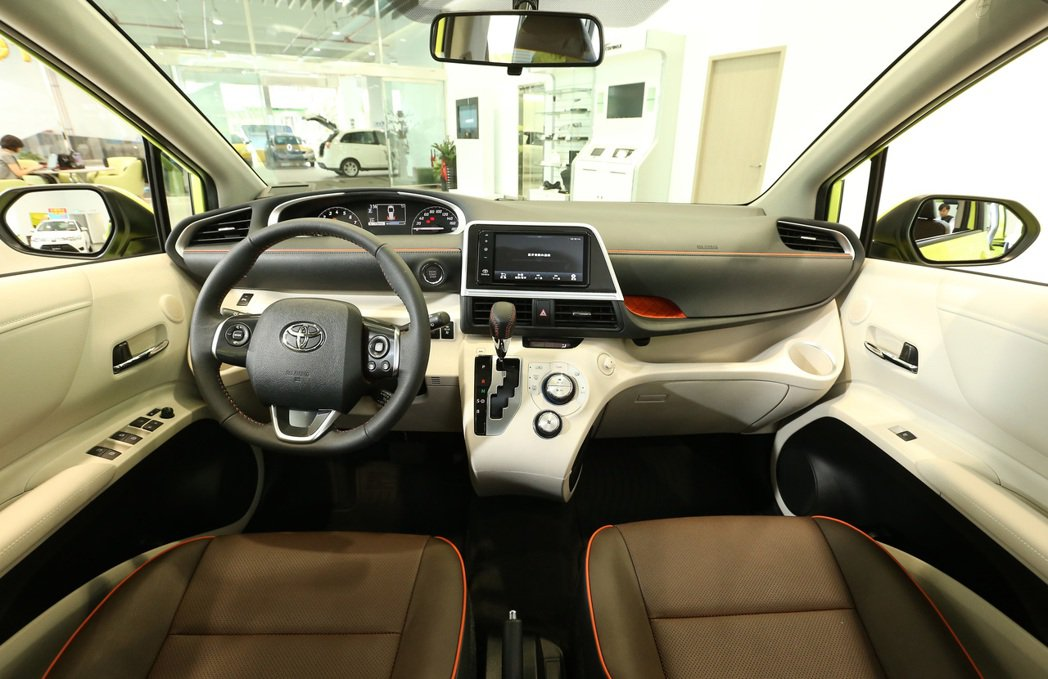 Toyota Sienta的內裝除了充滿設計感外,更有許多便利的收納空間。 記者...