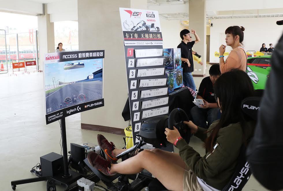 場外民眾可體驗「動態賽車模擬器」。 麗寶樂園提供