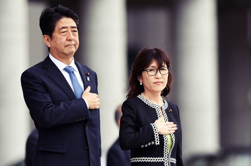 隨著《新安保法》的通過,SEALDs宣布解散;首相安倍(左)於今年八月初任命自民...