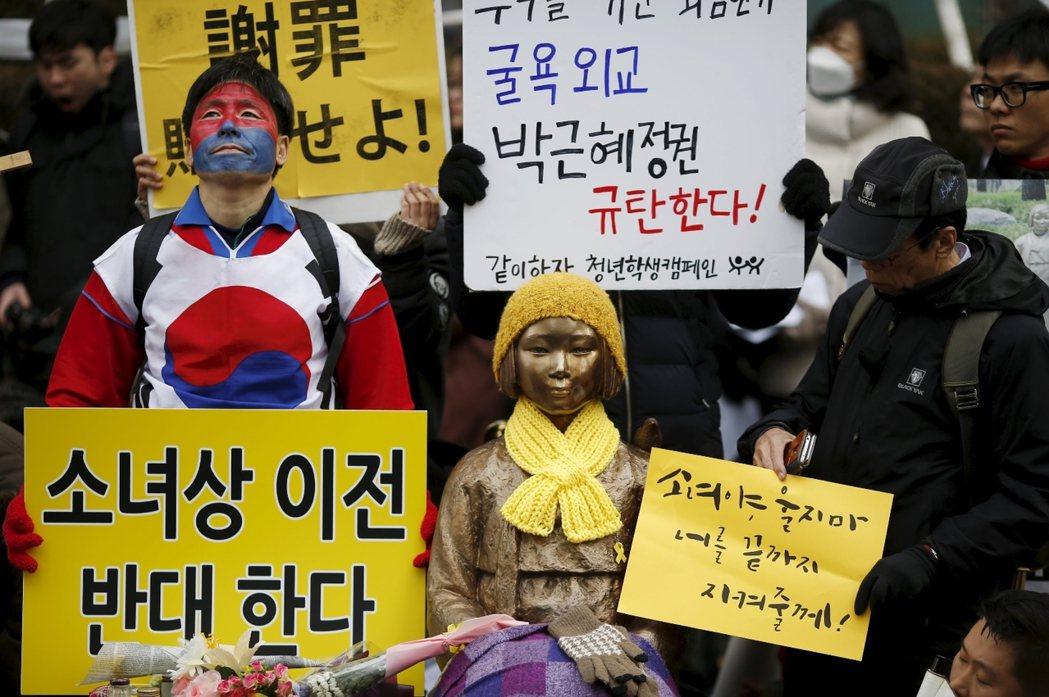 日本政府強調對南韓的資金並非法律賠償,而是一種贖罪——也就是說,日本政府延續一貫...