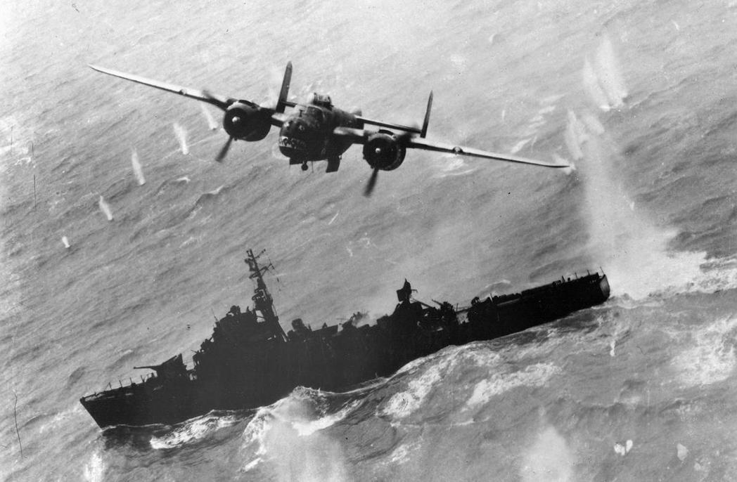 二戰末期,一架美軍的轟炸機在台灣海峽突襲日本海軍的驅逐艦。東亞的戰爭交錯故事,在...