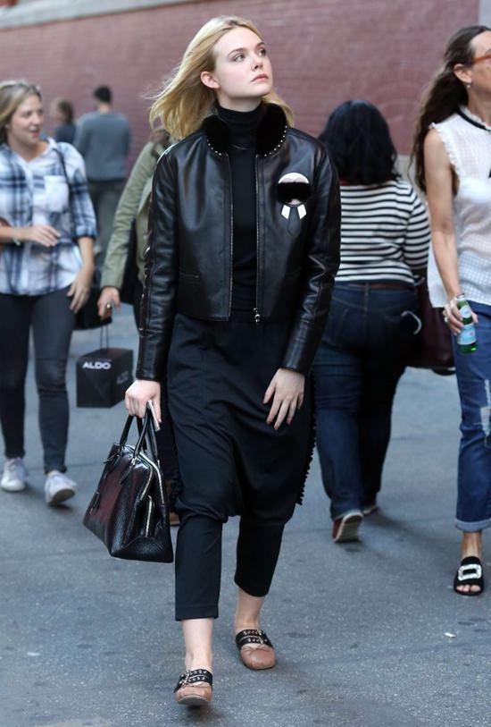 艾兒芬妮身上的皮夾克來自Fendi Karlito 小卡爾系列,左胸上的Karl...