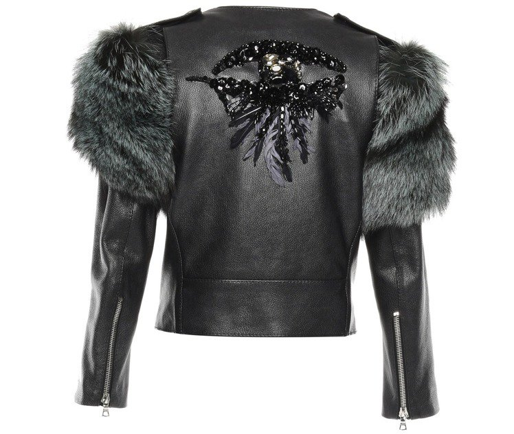 Marc Jacobs 秋冬將皮草放在皮夾克的肩線處,背面的亮片裝飾也特別搶眼,...