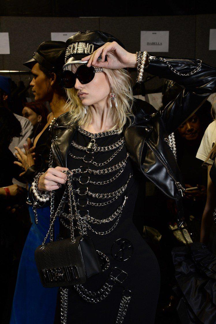 Moschino用珍珠與金屬鍊帶裝飾皮夾克,鍊帶打造濃濃街頭風,在珍珠的襯托下多...
