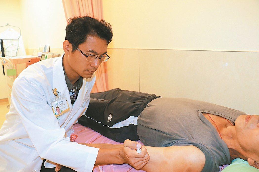 亞洲大學附屬醫院復健科主任趙明哲利用肉毒桿菌,治療中風患者。 圖/亞大附醫提供