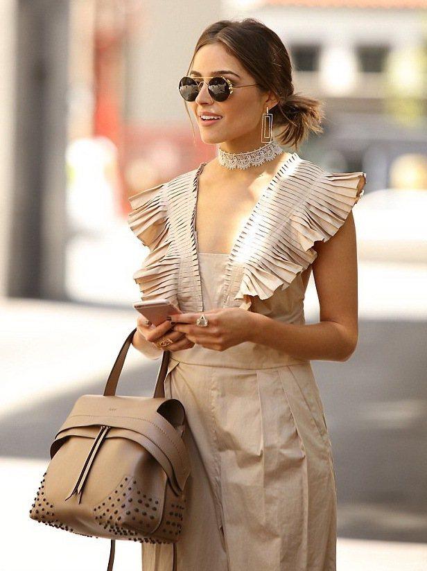 美國女星奧利維亞卡波手拎粉膚色TOD'S Wave Bag搭配同色系連身褲,悠閒...