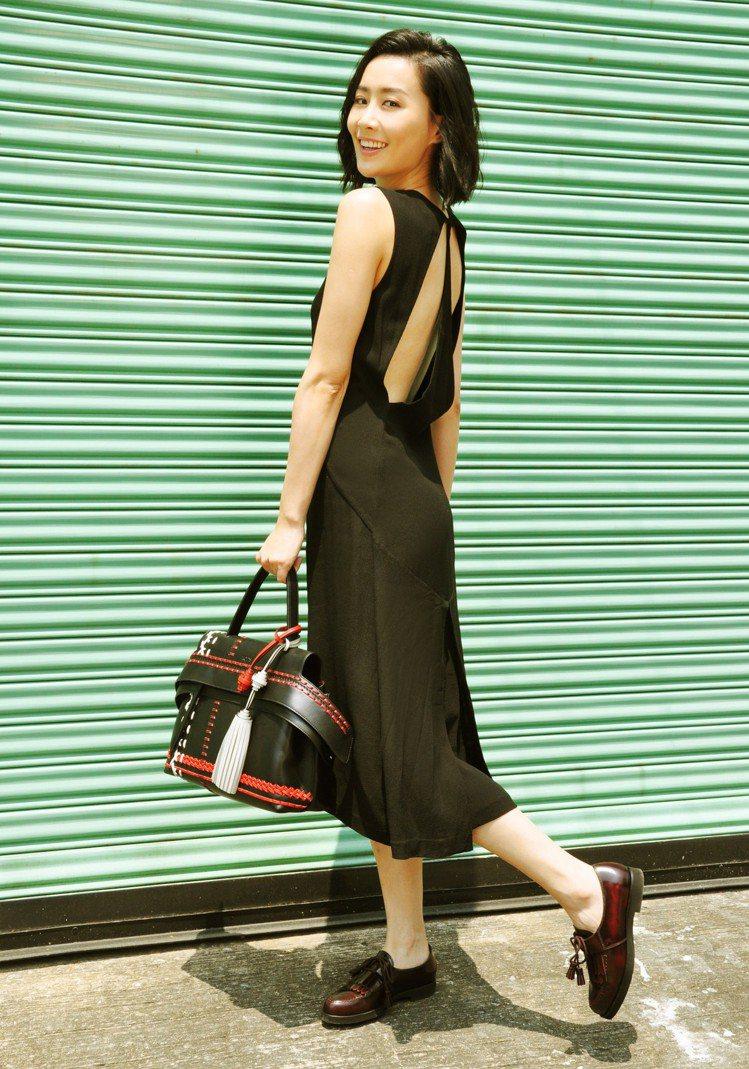 香港女星陳法拉選用皮革編織圖紋TOD'S Wave Bag款式,搭配皮革流蘇綴飾...