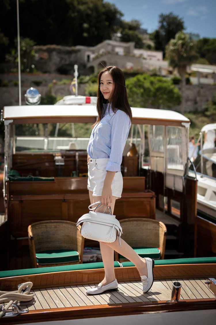韓團f(x)的Krystal Jung手提白色TOD'S Wave Bag,搭配...