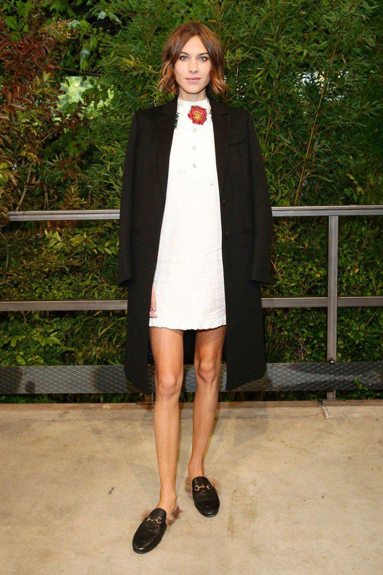 睡衣熱潮帶動相關配件的流行,Alexa Chung穿著Princetown皮草馬...