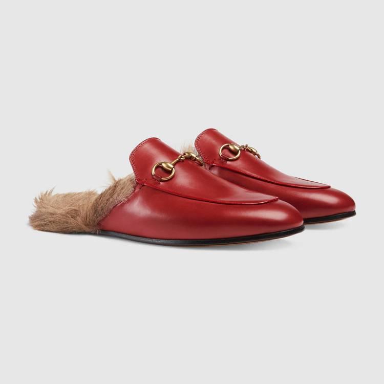 睡衣熱潮也帶動相關配件的流行。Princetown 皮草馬銜鍊便鞋,34,600...