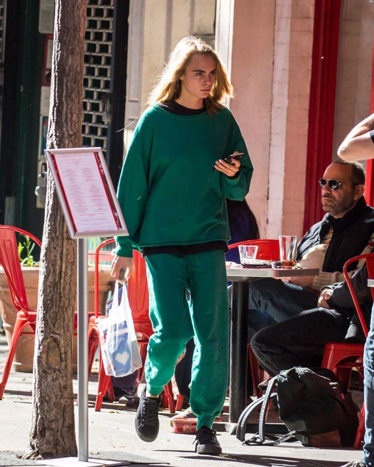 名模女星Cara Delevingne穿著寬鬆運動服上街。圖/摘自celebma...