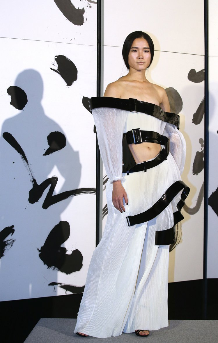 設計師陳劭彥所設計的衣服透過超現實結構與透視手法運用,讓書法線條在在服裝上3D立...