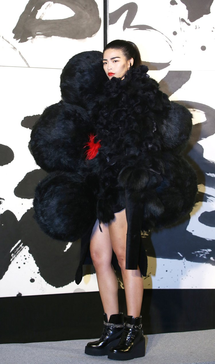設計師周裕穎所設計的衣服以中國書畫技法的墨分五色為設計概念,將董陽孜的筆觸線條,...