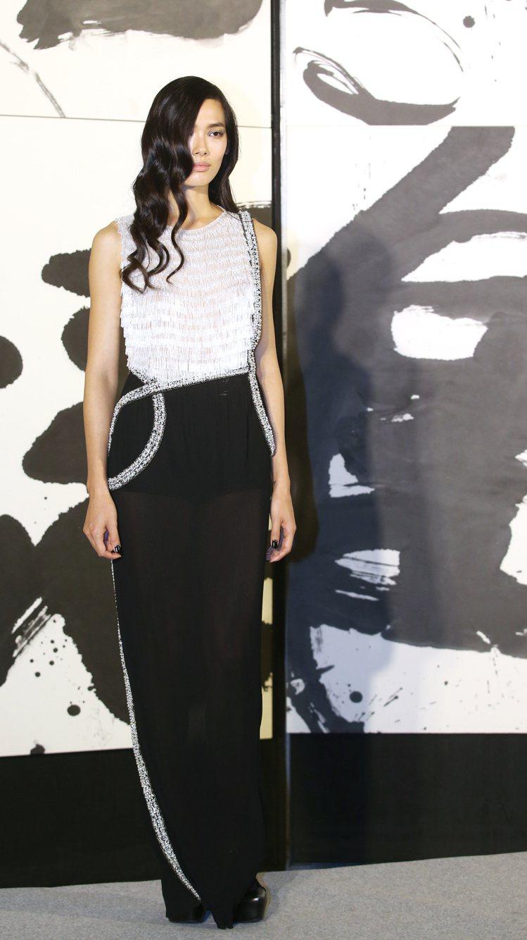 設計師張暘所設計的衣服把董陽孜的創作浪漫的想像為宇宙銀河,透過手工珠縫刺繡流蘇,...