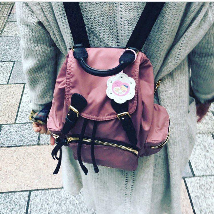 舒淇在IG貼了「好孕」胸章的Burberry背後包,被懷疑「有了」。圖/擷自IG