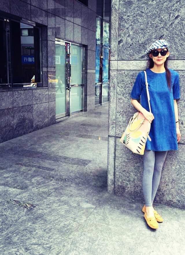 范瑋琪懷孕時拎Burberry彩繪包,充滿童趣。圖/擷自范范臉書