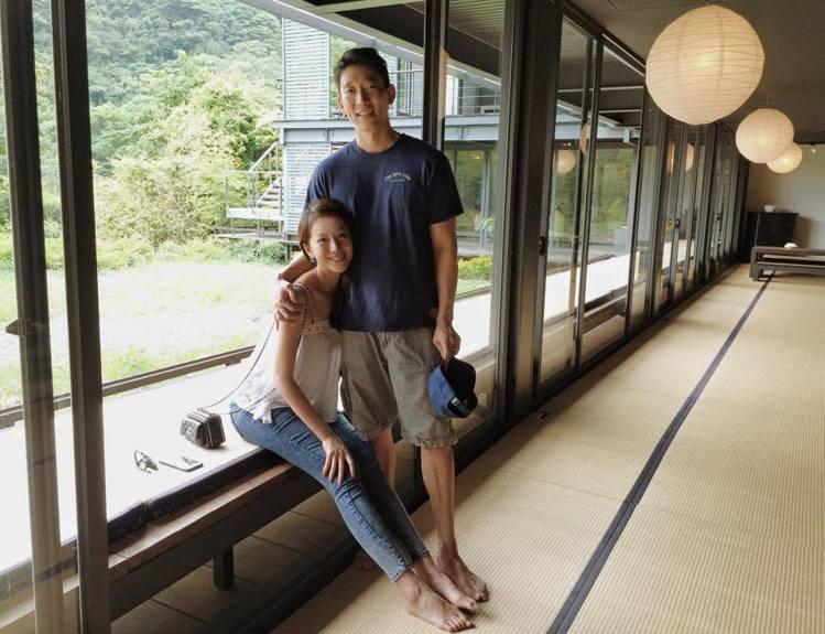 隋棠懷孕時一身輕裝搭配香奈兒包,與老公出遊。圖/擷自微博
