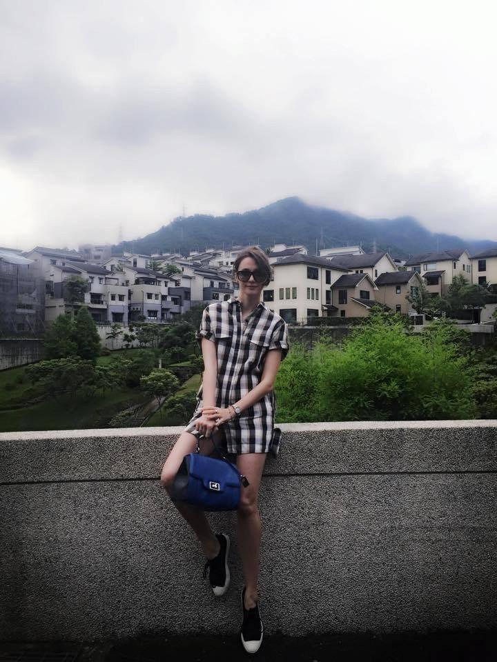 瑞莎懷孕六個月時,身穿寬鬆的襯衫罩衫,搭配aBoutmi皮包。圖/擷自臉書