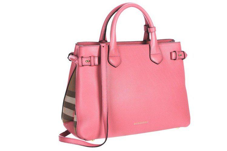 Burberry豔粉紅Banner包,60,000元。圖/Burberry提供