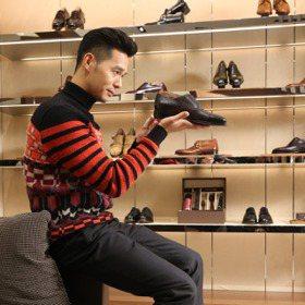 丁春誠熟男品味 Ferragamo訂製鞋看得到