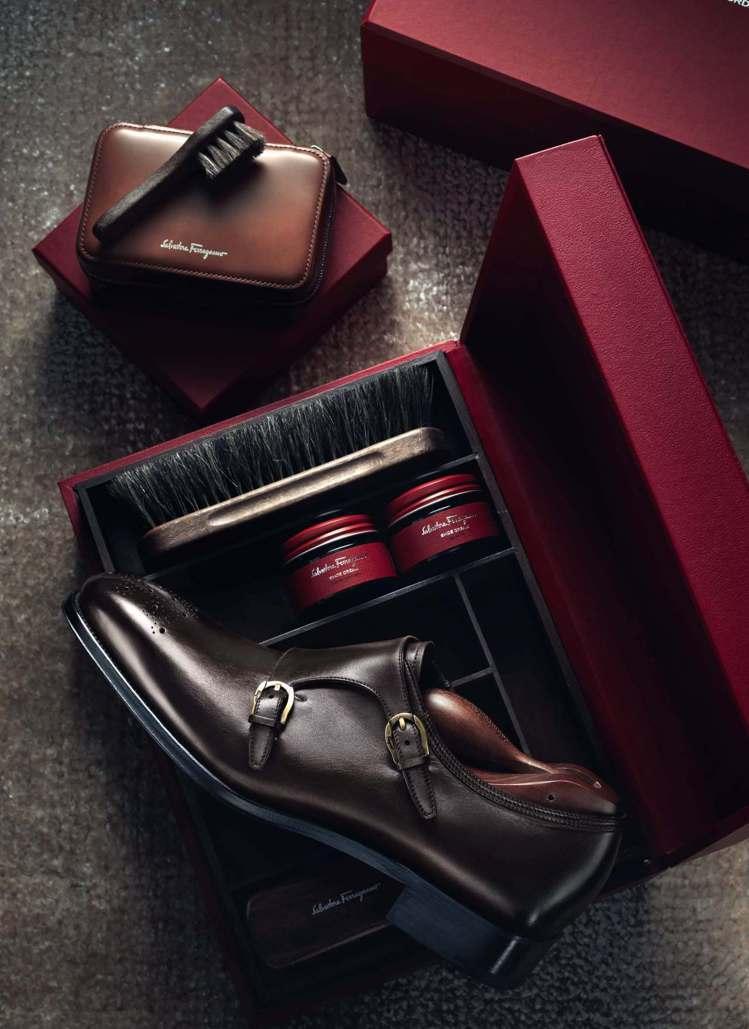 深棕色光面牛皮雙飾釦孟克鞋,69,900元。圖/Ferragamo提供