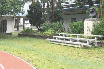 原有4座單槓設施,拆除後改種植草皮和設置座椅,讓校園景觀更加舒適。 記者曾增勳/...