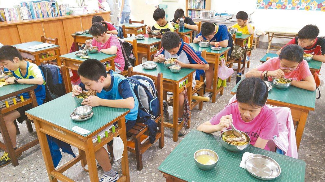 由於家長不重視食育,加上過於寵愛孩子,讓許多小朋友幾乎失去處理食物的能力。 報系...