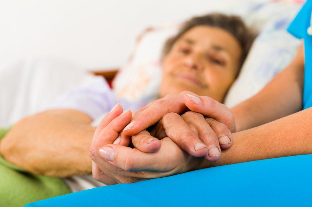 家屬選擇不告知病患病情,深究背後的原因是因為,家屬不知該如何面對至親被宣判絕症,...