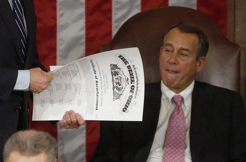 2013年副總統拜登(圖中的手)按聯邦法律的規定,將「選舉人票結果確認函」(el...