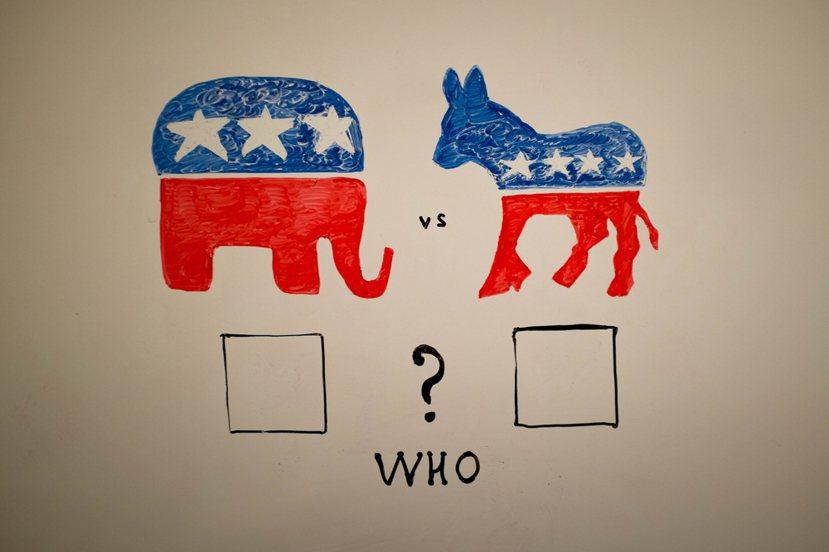 美國至今,仍維持著民主共和兩黨構成的「超穩定結構」。圖左為象徵共和黨的大象,圖右...