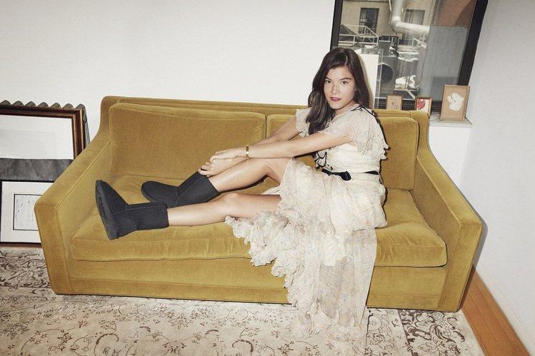 Anna 穿著 Classic Short 經典羊毛靴。圖/UGG提供