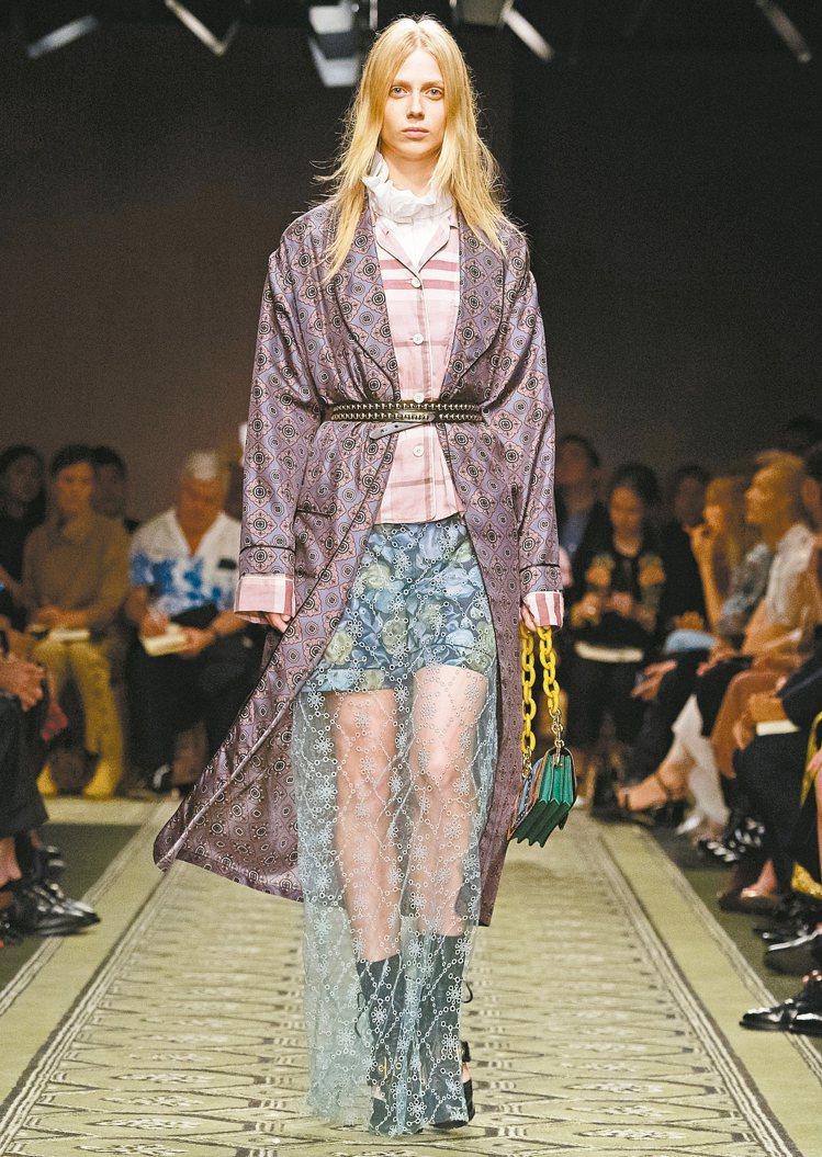 性感的刺繡裙、睡衣靈感長袍及軍靴風格鞋履,展現混搭創意。 圖/BURBERRY提...