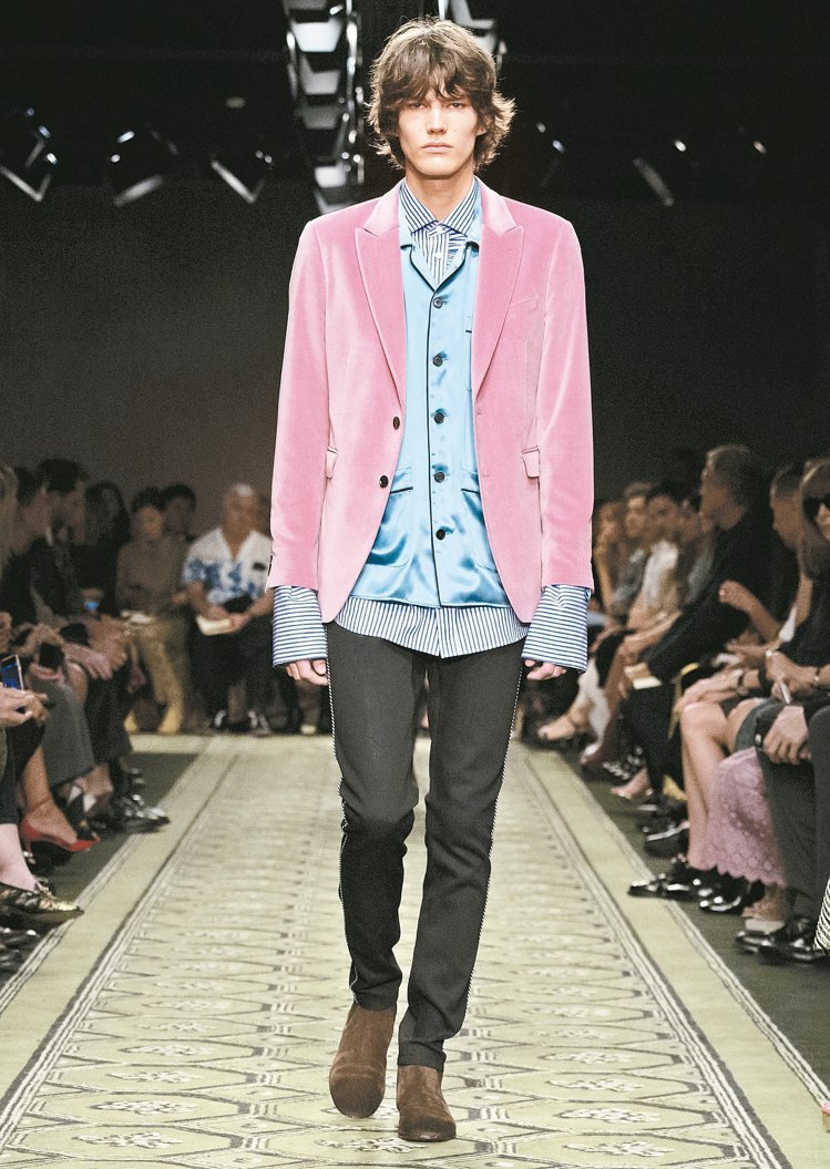 BURBERRY新裝跨越男女界線,呈現慵懶貴族氛圍。 圖/BURBERRY提供