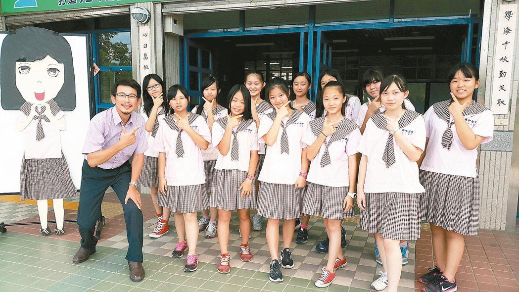 興中國中的女學生制服,被網路評比為東區第一,校長楊乃光(左)認為學生穿起來活潑大...