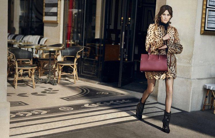 代言人Alexa Chung在形象影片中手拿Paris Premier包款穿梭於...