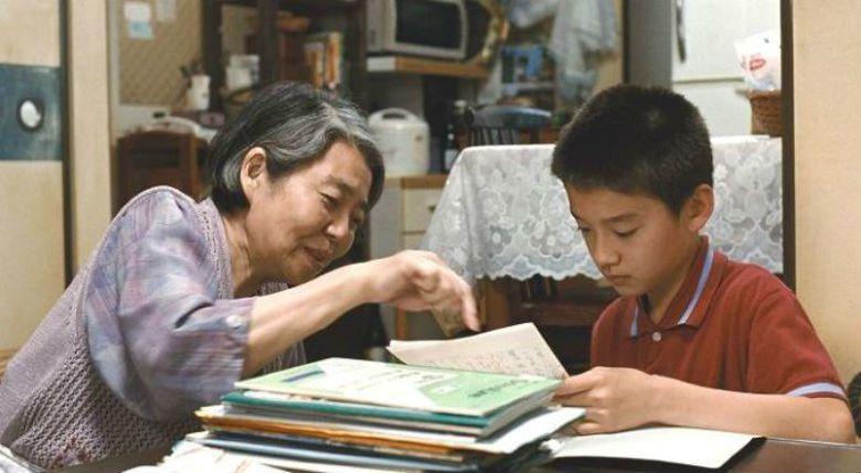 真吾排斥奶奶稱讚他和父親良多一樣有好文采,卻又與良多有相似的夢想。親情既裂解又綿延,是困擾的來源,同時也是扶助的力量。 圖/《比海還深》劇照