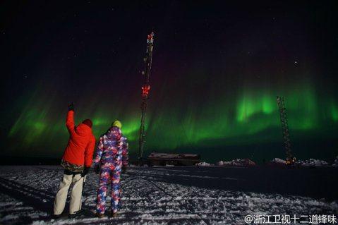 最近《十二道鋒味3》曝光了謝霆鋒與蕭敬騰(老蕭)一起欣賞極光的照片,照片中兩人望向綠色天空的景象,也讓許多網友們嘆為觀止。四月份芬蘭當地曾報導,芬蘭拉普蘭出現近年最大極光,而當時老蕭與謝霆鋒恰巧親眼...