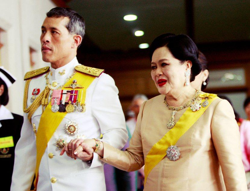 哇集拉隆功王儲(左)一直不孚眾望。當蒲美蓬死訊傳出,軍政府總理帕拉育過不多時,便...