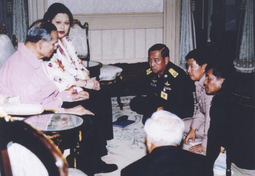 圖為2006年9月19日,接見政變將領的泰王(左一)。2006年泰國軍方發動兵變...
