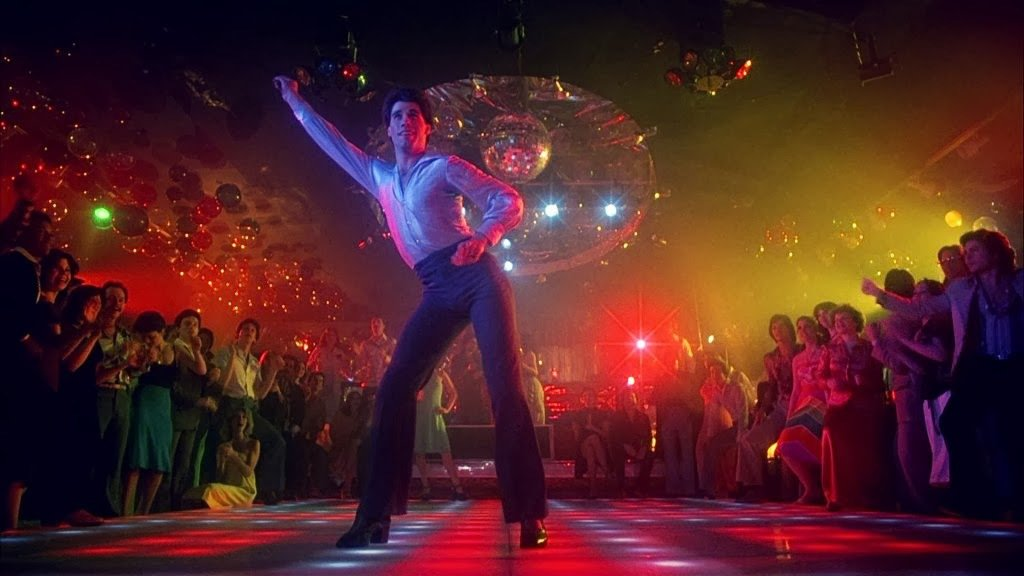 约翰屈伏塔靠「週末的狂热」成为全球最红迪斯可天王。图/摘自cinemalacrum