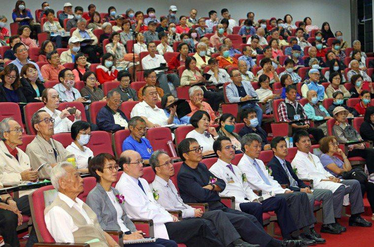 林口長庚醫院與聯合報系合作,舉辦「肺癌論壇」活動,民眾參與踴躍,現場座無虛席。記...