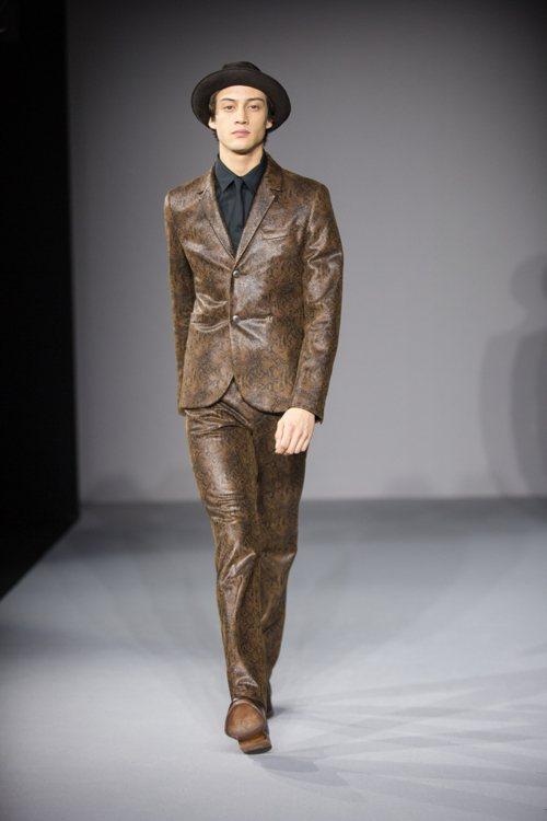 agnès b. 則是在男性西裝上大玩動物壓紋,用低調的用色搭配狂野的壓紋取得質...