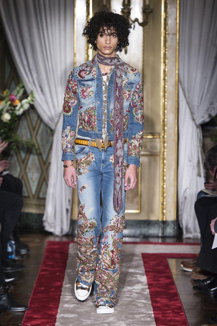 Roberto Cavalli秋冬花朵刺繡牛仔套裝非常搶眼。圖/Roberto ...