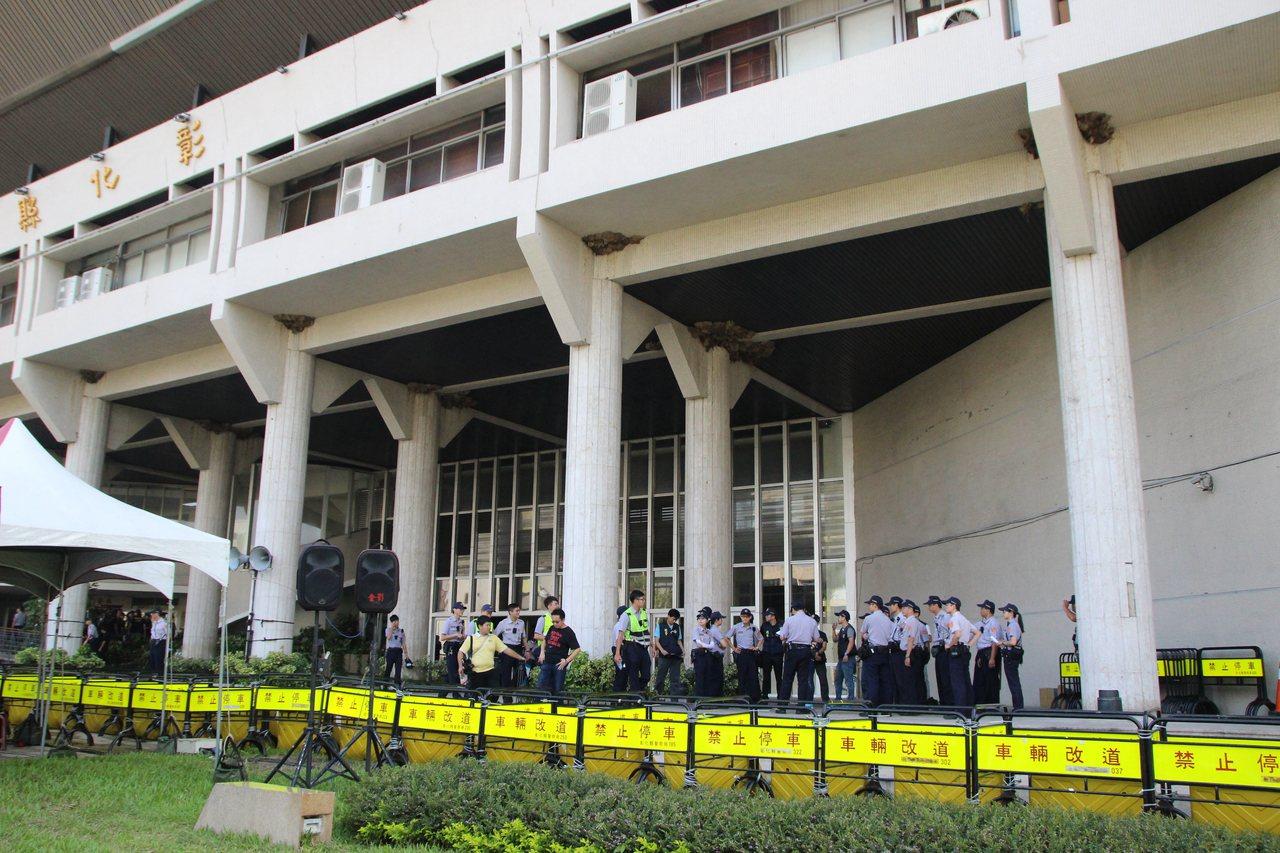 彰化警方在縣府一樓大廳集結。記者林敬家/攝影
