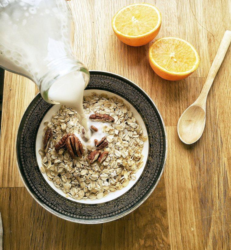 吃全穀燕麥全穀物如燕麥,可以保持血糖穩定,並且有飽足感。全穀物富含纖維,需要...