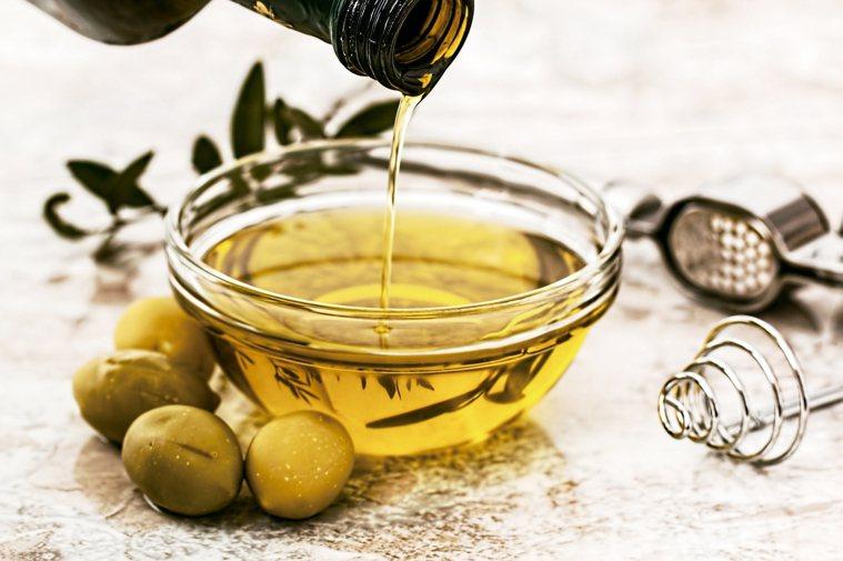 用油脂烹調健康的油脂,例如橄欖油、芝麻油和椰子油,能為秋天的食材增加風味。此...